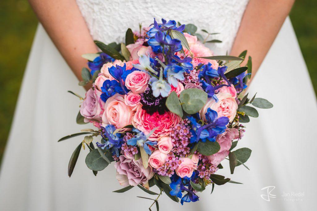 Brautstrauß mit rosa Rosen, blauen Fresien und Eykalyptus