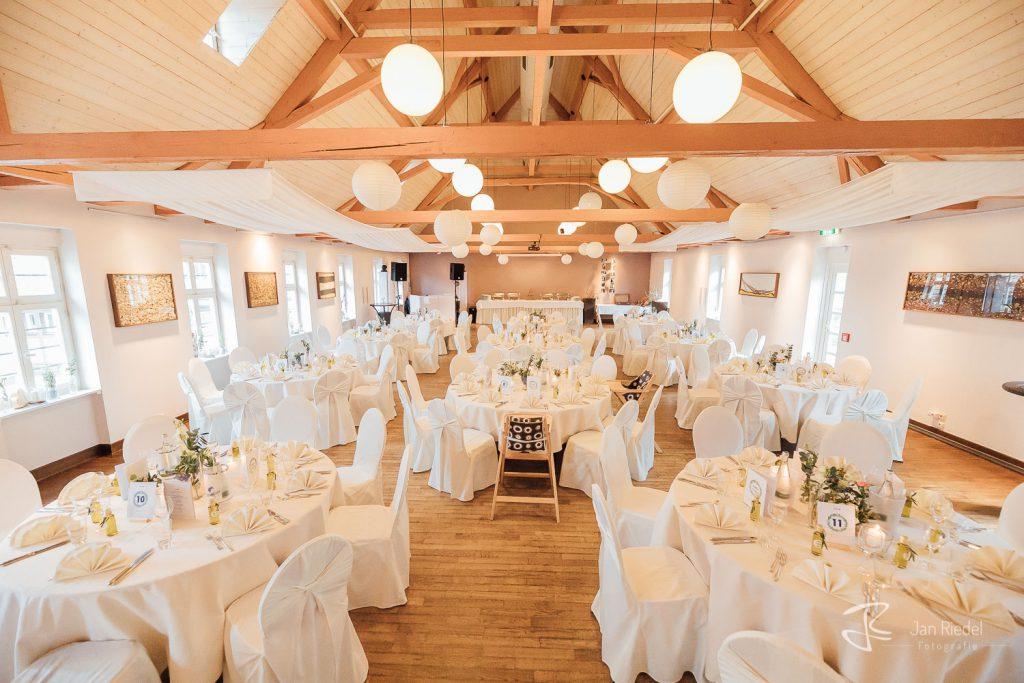 Saal der Hammermühle gedeckt für eine Hochzeitsfeier