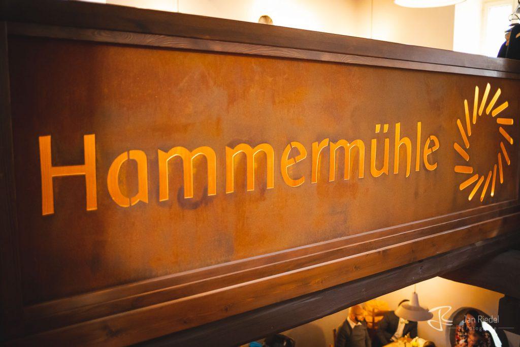 Logo der Hammerühle - Schriftzug im Restaurant